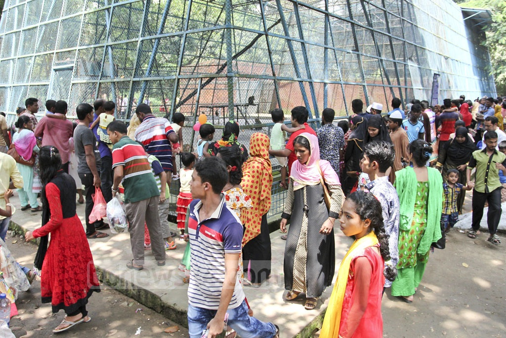 Visitors crowd in front of a monkey cage at Dhaka Zoo a day after the Eid on Sunday. Photo: asif mahmud ove