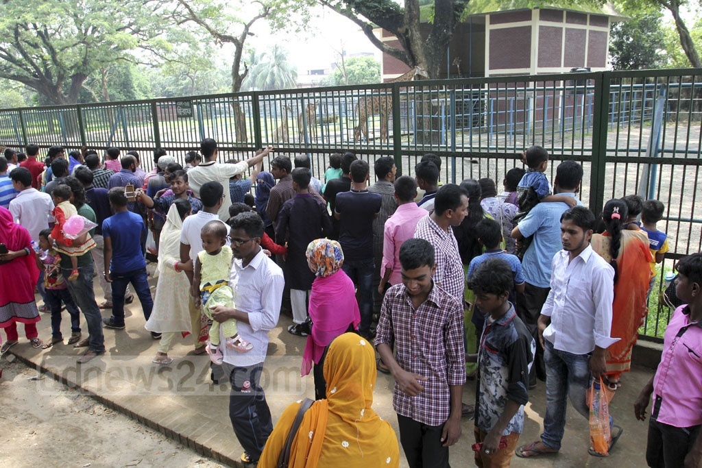 Visitors crowd in front of cages of different animals at Dhaka Zoo a day after the Eid on Sunday. Photo: asif mahmud ove