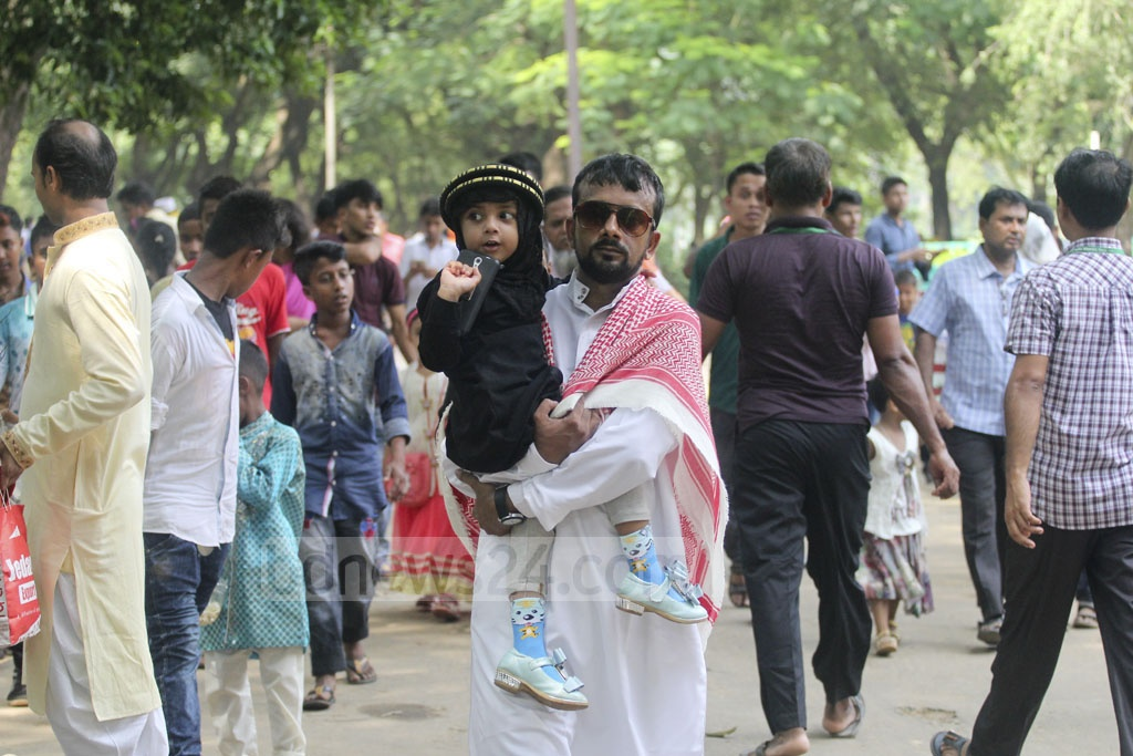 Many visitors came with family to Dhaka Zoo on Sunday, a day after Eid-ul-Azha. Photo: asif mahmud ove