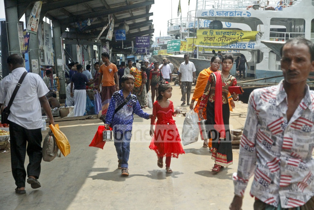 Even though the official Eid-ul-Azha holiday is over, some were seen leaving Dhaka on Monday. Photo: tanvir ahammed