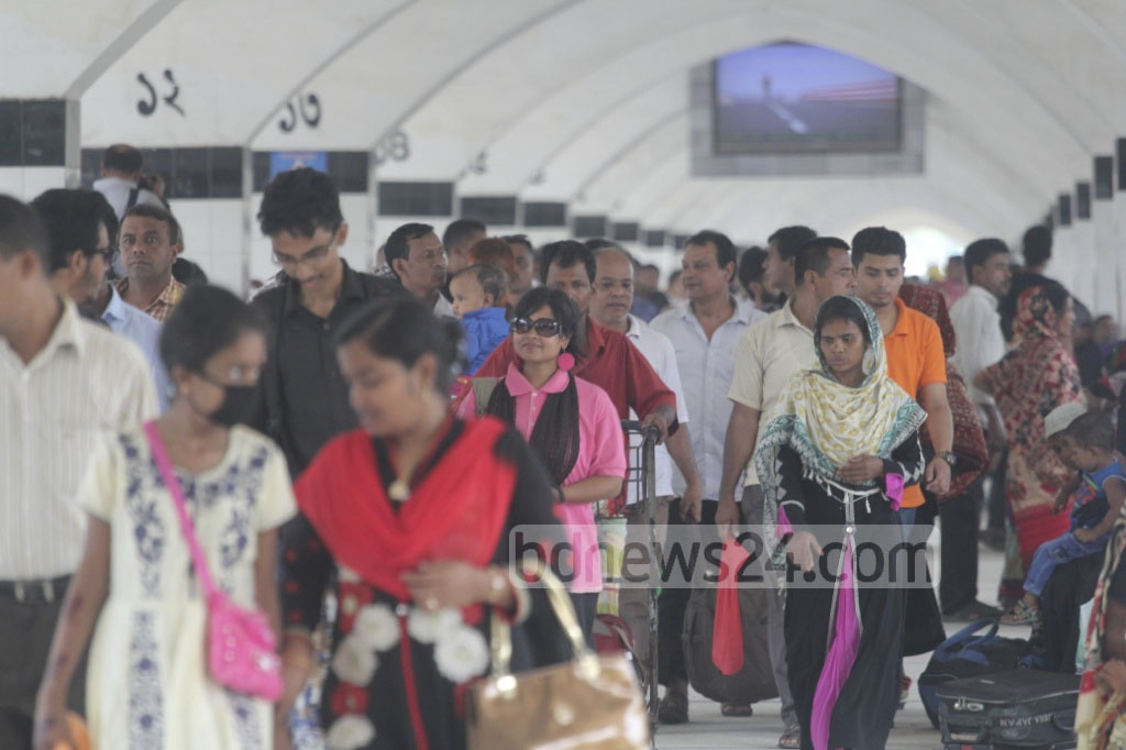 The Dhaka residents are returning to the capital after celebrating Eid-ul-Azha with families and relatives in their ancestral homes. This picture is taken from Dhaka's Kamalapur Railway Station on Monday. Photo: asif mahmud ove