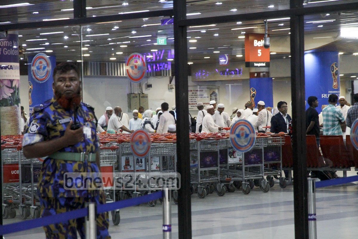 Pilgrims arrive at Dhaka's Shahjalal International Airport on Wednesday night after performing hajj in Saudi Arabia. Photo: tanvir ahammed