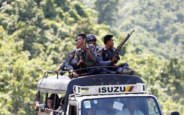 Police guard UN convoy which carries INGO and UN staff as they flee from Maungdaw after Arakan Rohingya Salvation Army (ARSA) attacked, in Buthidaung, Myanmar August 28, 2017. Reuters