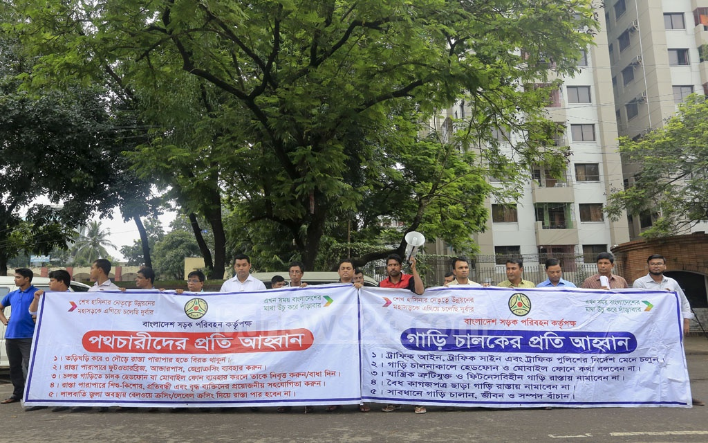 A BRTA demonstration aims to raise awareness of traffic laws at Dhaka's Manik Miah Avenue on Sunday. Photo: asaduzzaman pramanik