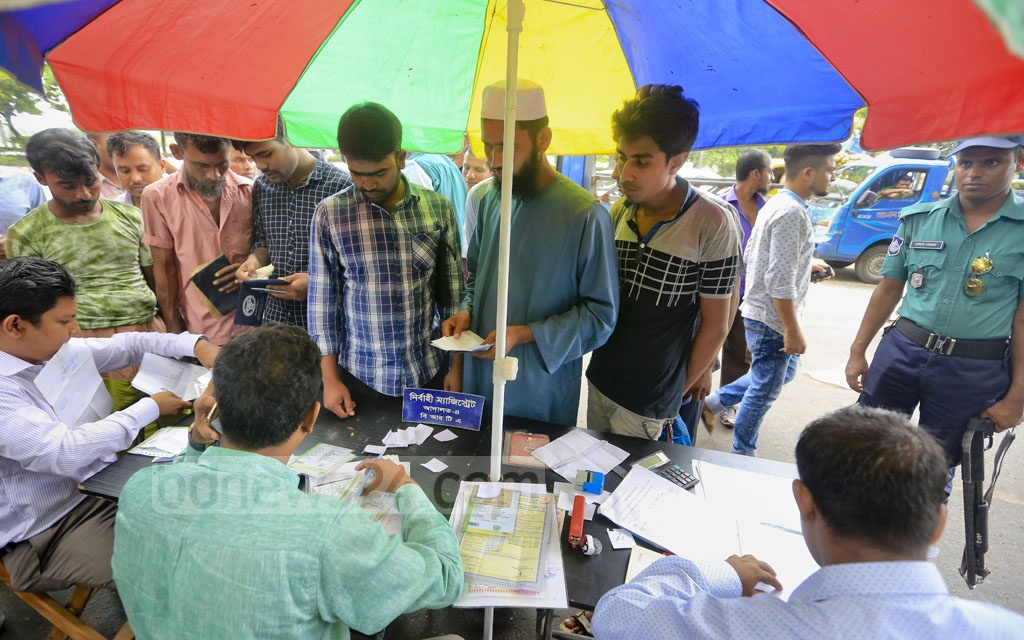 A mobile court at Dhaka's Manik Miah Avenue examines the licenses of various vehicles on Sunday. Photo: asaduzzaman pramanik