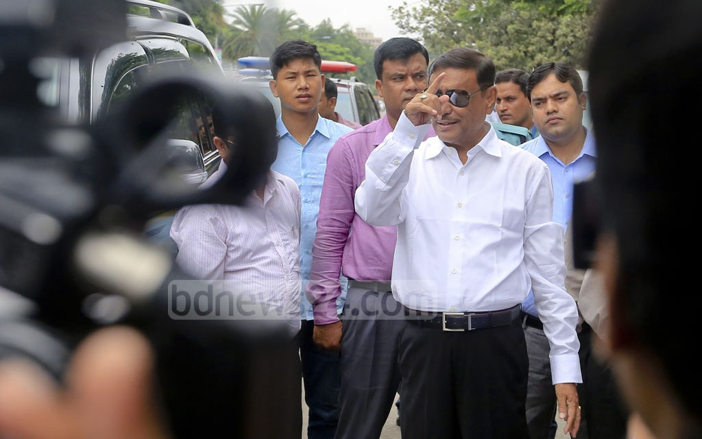 Road Transport Minister Obaidul Quader inspects the BRTA-operated mobile court at Dhaka's Manik Miah Avenue on Sunday. Photo: asaduzzaman pramanik
