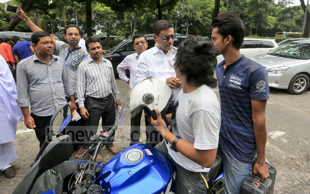 Road Transport Minister Obaidul Quader stops traffic to talk to drivers and passengers at Dhaka's Manik Miah Avenue on Sunday. Photo: asaduzzaman pramanik