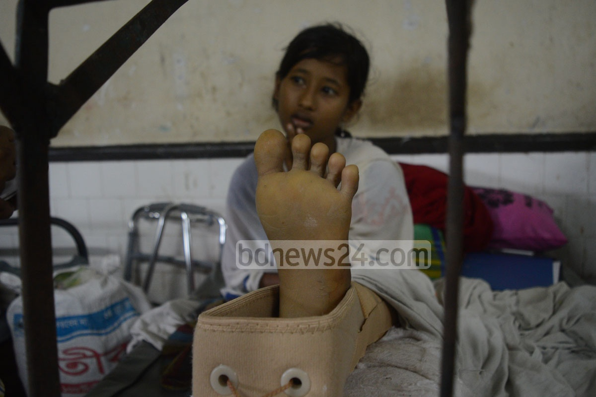 Umme Salma, a ninth grader from Myanmar's Bujidong, was shot in her left leg while fleeing to Bangladesh. She is undergoing treatment at Chittagong Medical College Hospital on Monday. Photo: suman babu
