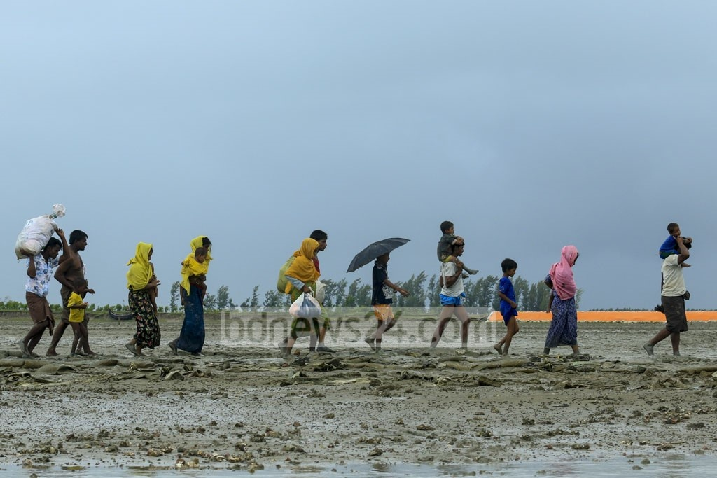 Rohingyas make their way from Teknad's Hariakhali to the refugee camps. Photo: mostafigur rahman