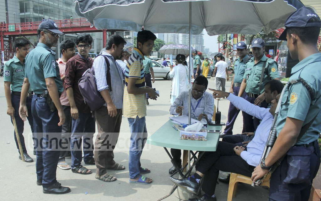 A mobile court operates in Dhaka's Bangla Motor to prevent people jaywalking in areas with an available pedestrian footbridge. Photo: abdul mannan