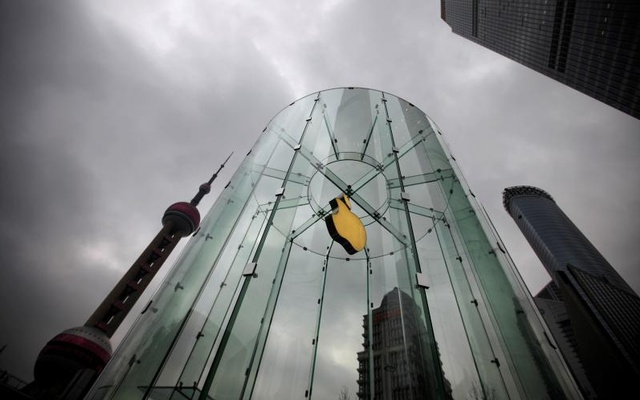 FILE PHOTO: An Apple logo is seen at an Apple store in Pudong, the financial district of Shanghai, China February 29, 2012. Reuters