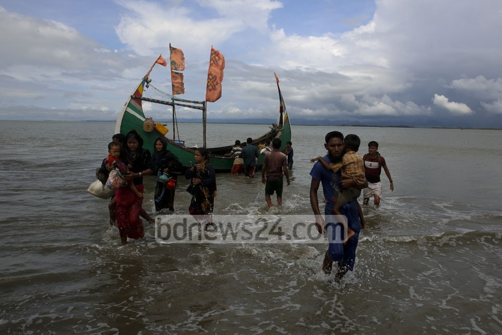 Rohingya refugees arrive in Shah Porir Dwip of Bangladesh from Rasidong in Myanmar. Photo: mostafigur rahman