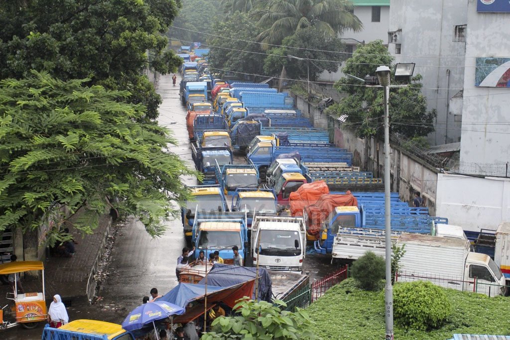 One-and-a-half years after illegal truck stands were removed from the area, trucks have once again jammed the road between Dhaka's Satrasta intersection and the Tejgaon rail crossing. Picture taken on Wednesday. Photo: asif mahmud ove