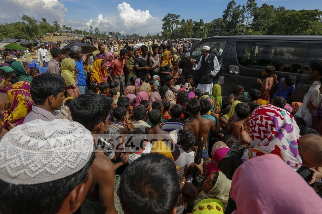 Rohingya refugees crowd round a vehicle with the of getting relief at Palongkhali in Ukhia, Cox's Bazar on Saturday. Photo: muhammad mostafigur Rahman