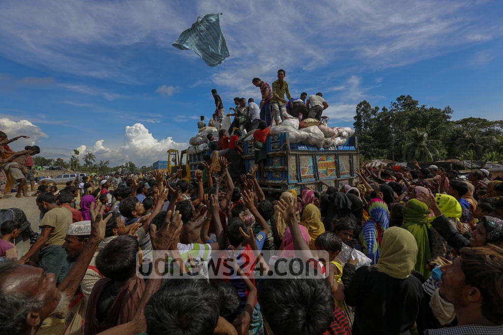 Rohingya refugees scrambled for relief materials at Palongkhali in Ukhia, Cox's Bazar on Saturday as aid workers threw clothes from a truck. Photo: muhammad mostafigur rahman