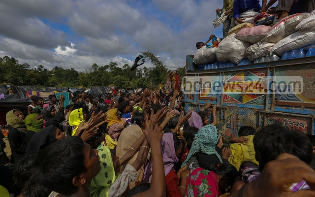 Rohingya refugees scrambled for relief materials at Palongkhali in Ukhia, Cox's Bazar as aid workers threw clothes from a truck. Photo: muhammad mostafigur rahman