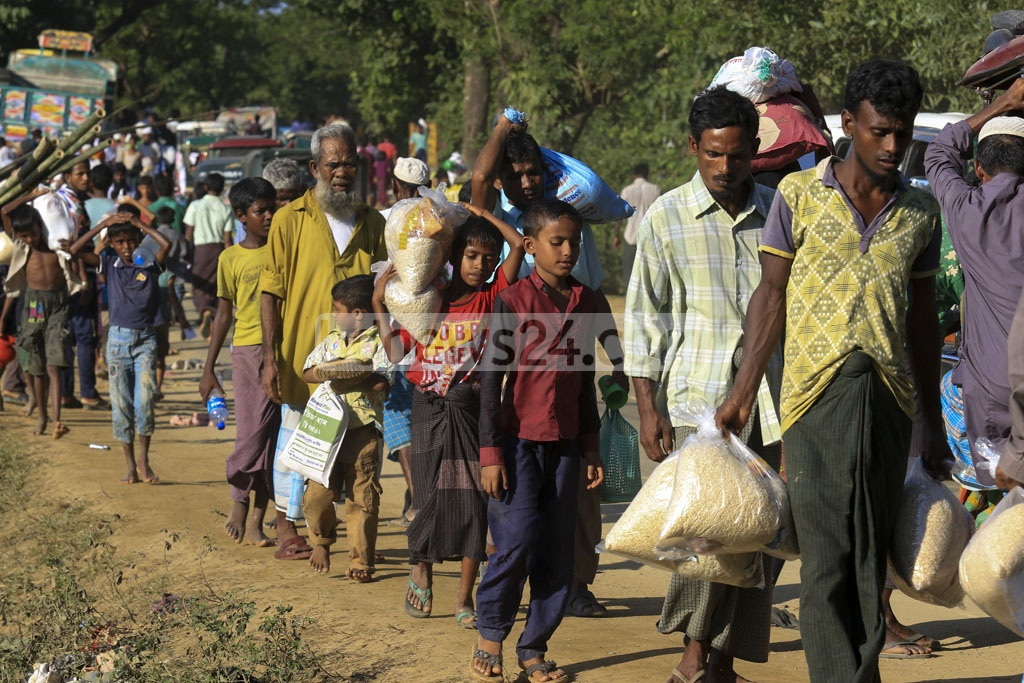 Rohingyas return to a makeshift refugee camp at Balukhali in Ukhia, Cox's Bazar with whatever aid they could collect on Saturday. Photo: muhammad mostafigur rahman
