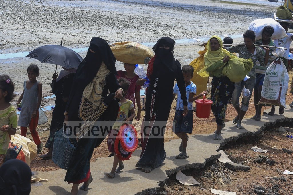 Thousands of Rohingyas entered Bangladesh through Cox's Bazar's Teknaf on Saturday from Myanmar's northwestern Rakhine state with more than 400,000 already crossing the border since fresh violence broke out in late August. Photo: mostafigur rahman