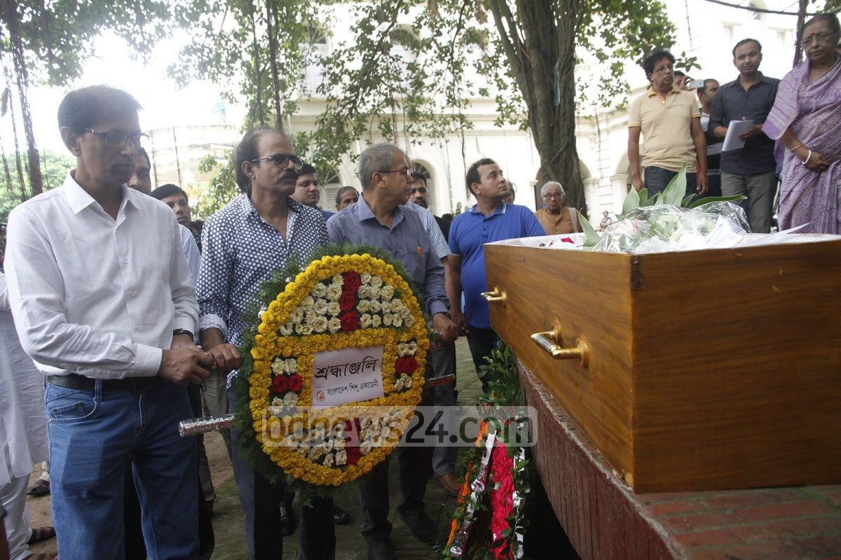 A Bangla Academy delegation places a wreath at the mortal remains of writer and naturalist Dwijen Sharma at the Central Shaheed Minar on Sunday. Photo: tanvir ahammed