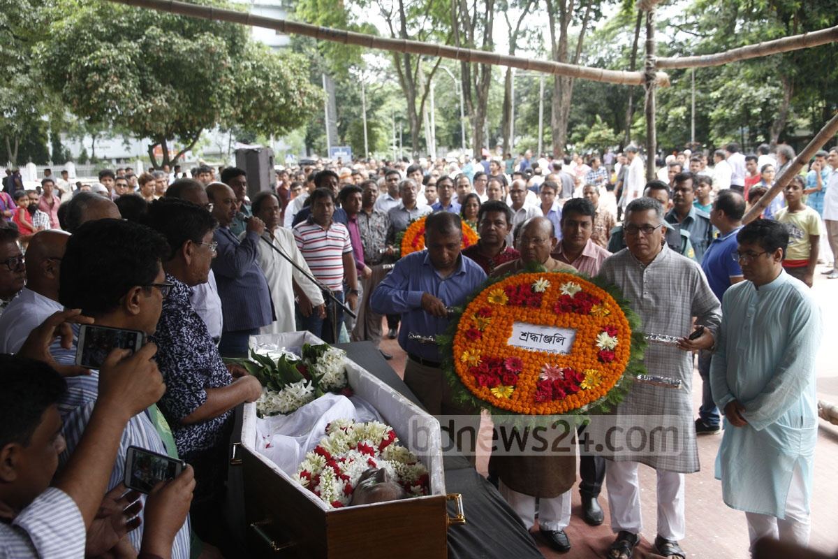 Commerce Minister Tofail Ahmed, on behalf of the ruling Awami League, pays last respects to revered science writer and naturalist Dwijen Sharma whose mortal remains were taken to the Central Shaheed Minar on Sunday. Photo: tanvir ahammed