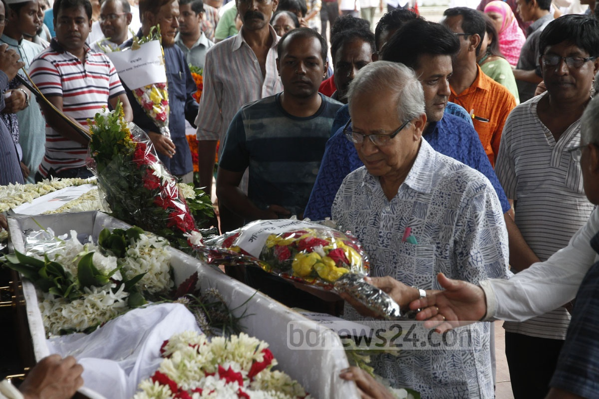 Different organisations and people from all walks of life gathered at the Central Shaheed Minar on Sunday to pay last respects to revered science writer and naturalist Dwijen Sharma. Photo: tanvir ahammed