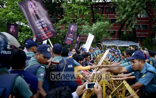 Police barricade supporters of the Ganasanghati Andolan who marched to UN offices in Dhaka's Agargaon on Tuesday to demand an immediate end to the Rohingya persecution.
