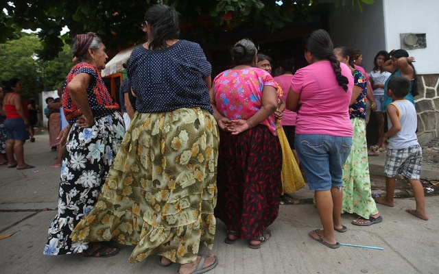 Women wait for food donations after an earthquake that struck on the southern coast of Mexico late on Thursday, in Juchitan, Mexico, September 10, 2017. Picture taken, September 10, 2017. REUTERS