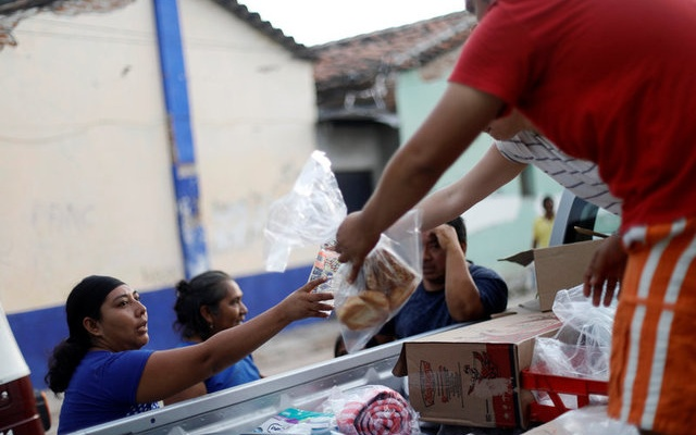 People receive food donations after an earthquake that struck on the southern coast of Mexico late on Thursday, in Juchitan, Mexico, September 9, 2017. REUTERS