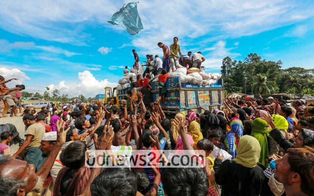 Rohingya refugees scramble for relief materials at Palongkhali in Ukhia, Cox's Bazar as aid workers throw clothes from a truck. Photo: muhammad mostafigur rahman