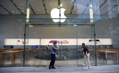 A security officer and an Apple Store staff are seen before the opening hours of the Apple Store at Tokyo's Omotesando shopping district, Japan, September 22, 2017. Reuters