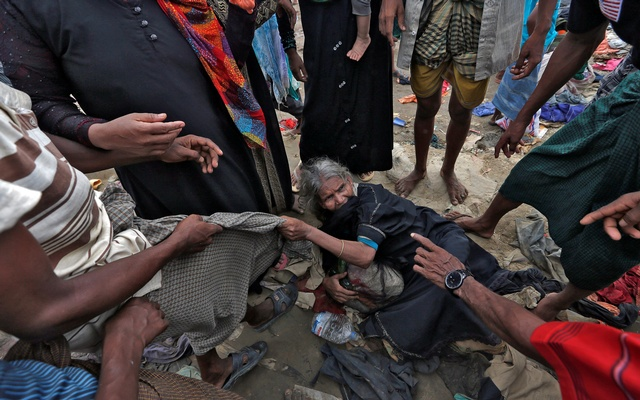 Rohingya refugee's scuffle as aid is distributed in Cox's Bazar, Bangladesh, Sept 23, 2017. Reuters