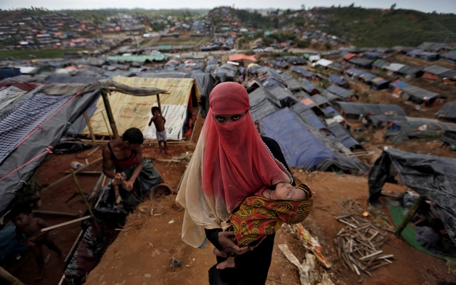 A Rohingya refugee carries her child in a refugee camp in Cox's Bazar, Bangladesh, Sep 24, 2017. Reuters