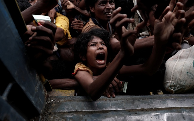 Rohingya refugees scuffle as they wait to receive aid in Cox's Bazar, Bangladesh Sept 24, 2017. Reuters