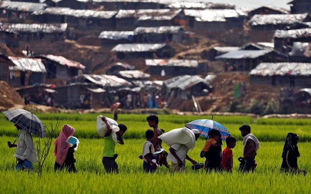 Rohingya refugees walk to a refugee camp in Cox's Bazar, Bangladesh, Sep 24, 2017. Reuters