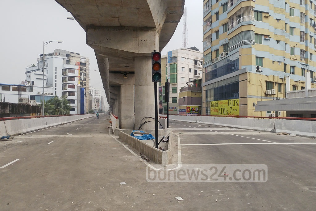 Traffic lights are seen at an intersection of the newly constructed Moghbazar-Mouchak flyover. Photo: abdul mannan
