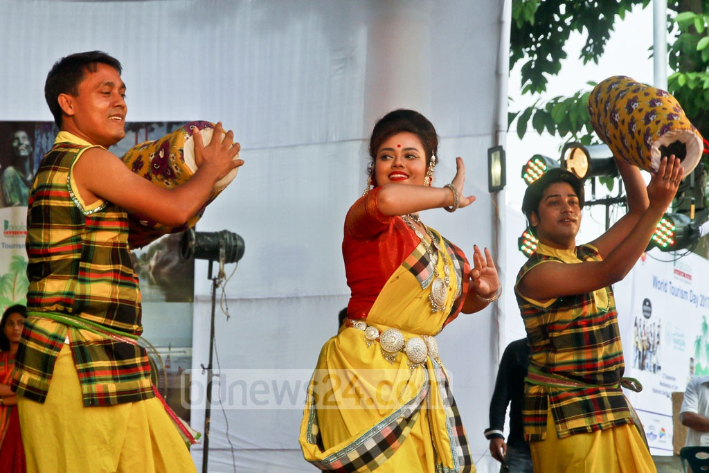 A dance sequence from the Tourism Fest organised by the Aviation and Tourism Journalism Forum of Bangladesh at the Rabindra Sarobar on Wednesday in Dhanmondi, Dhaka. Photo: tanvir ahammed