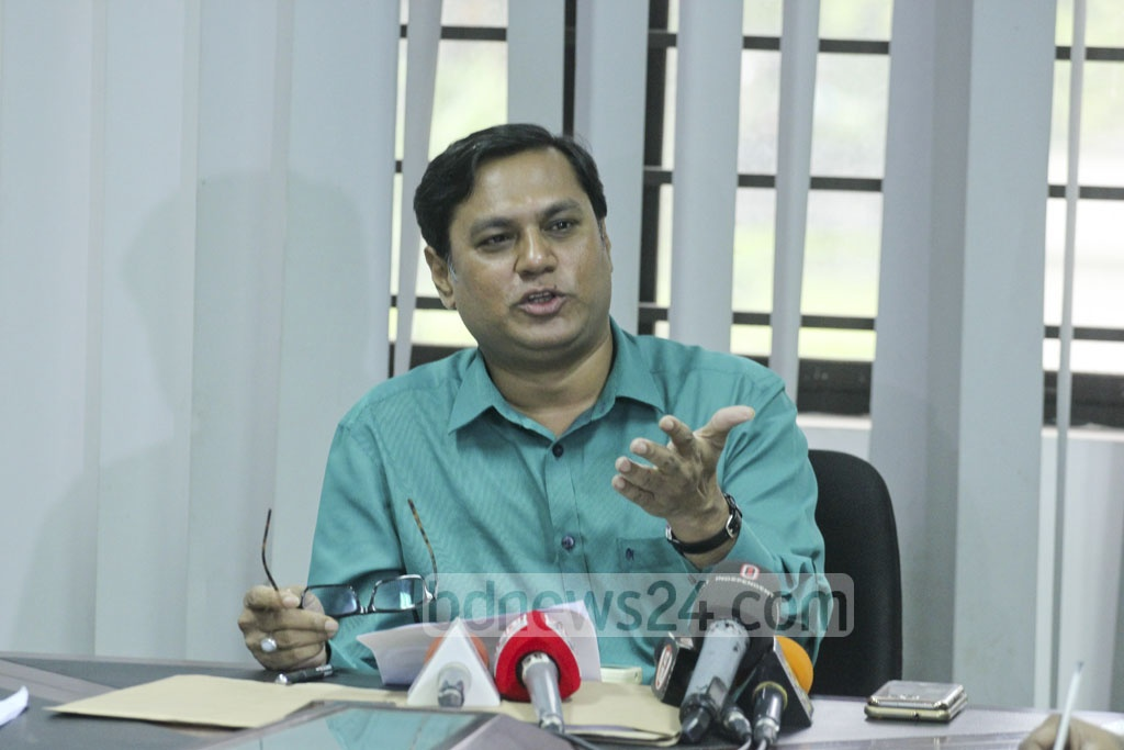 Abu Jafar Md Shafiul Alam Bhuiyan, dean of Dhaka University's social science faculty, speaks at a news conference on Friday, objecting to the appointment of Sadeka Halim as acting dean. Photo: abdul mannan