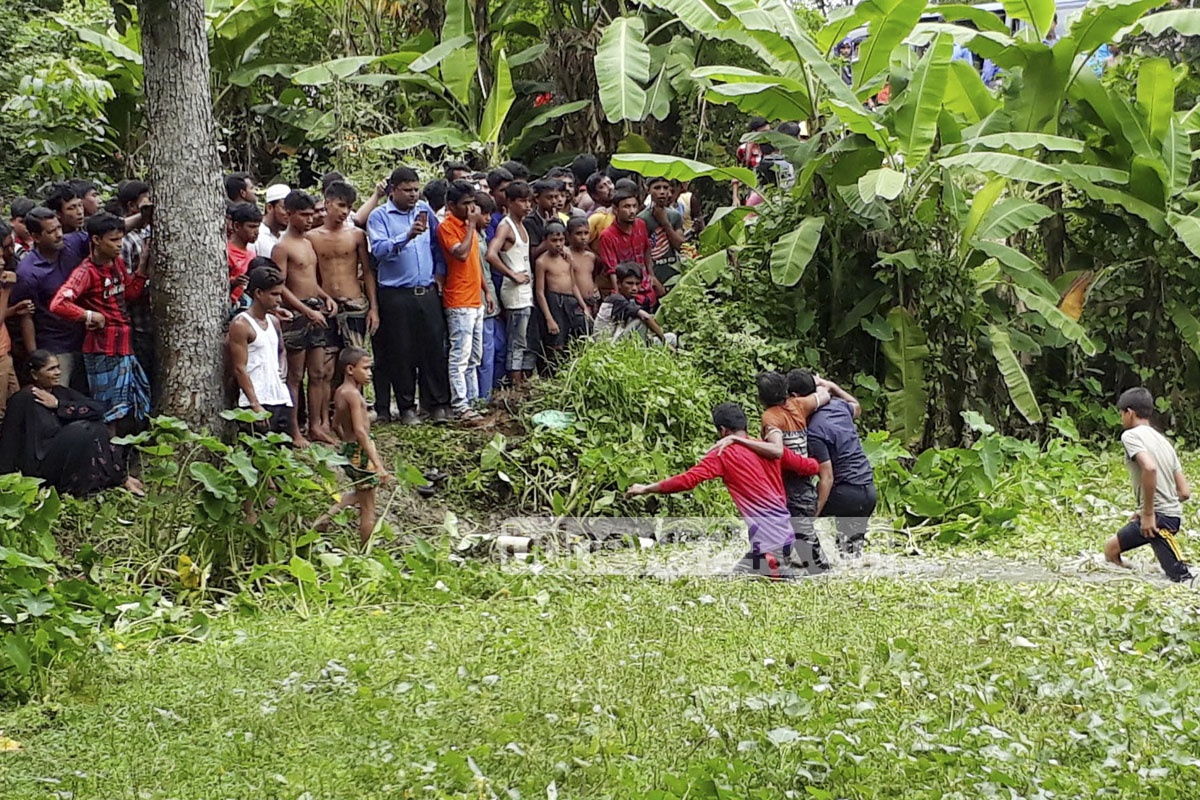 Villagers of Nuritola, at Comilla's Chandina, rescue an injured passenger from a bus that overturned after falling into a ditch next to the Dhaka-Chittagong Highway, killing seven people on Sunday.