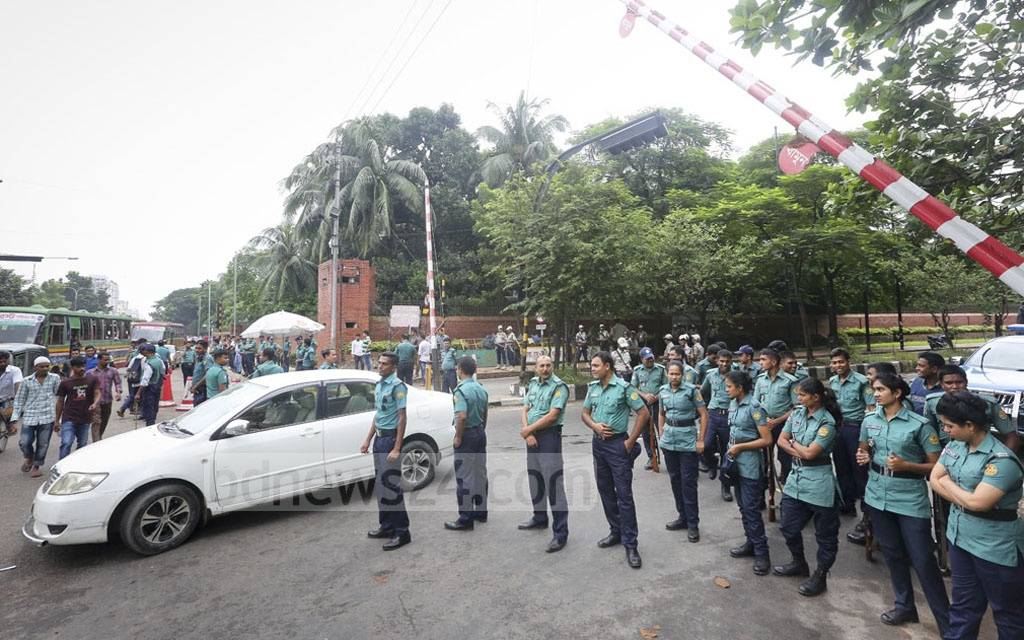 Security forces take up positions on the road in front of the Ganabhaban in preparation for the prime minister's arrival. Photo: md asaduzzaman pramanik