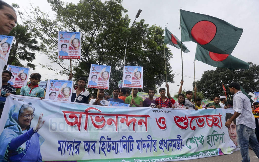 Awami League activists and supporters carried placards to welcome Prime Minister Sheikh Hasina home. Photo: md asaduzzaman pramanik