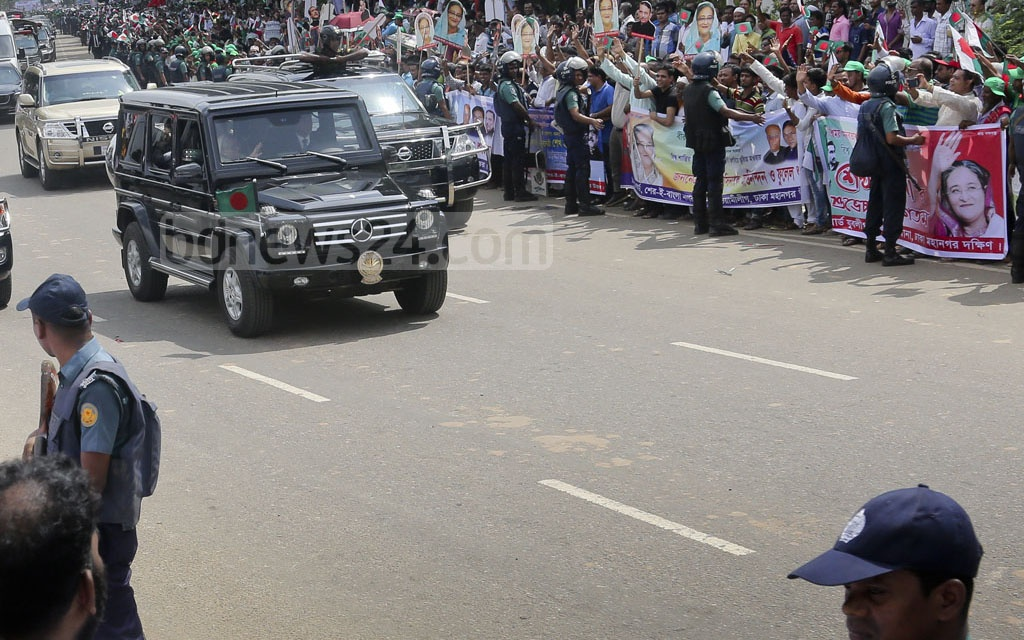 Awami League supporters and activists wave to the prime minister. Photo: md asaduzzaman pramanik