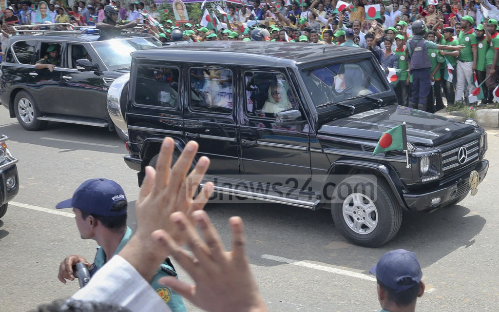 Awami League supporters and activists wave to the prime minister in greeting as her motorcade enters the Bijoy Sarani intersection. Photo: md asaduzzaman pramanik