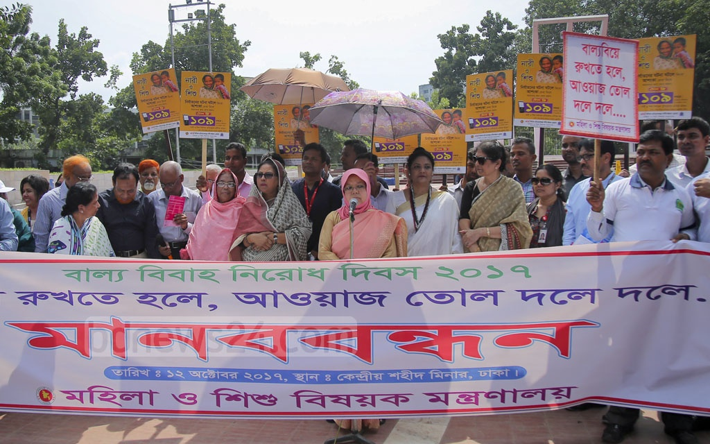 The women and children affairs ministry staff form a human chain in front of the Central Shaheed Minar in Dhaka on Thursday to mark the International Day of the Girl Child with ending child marriages as the theme of the day.
