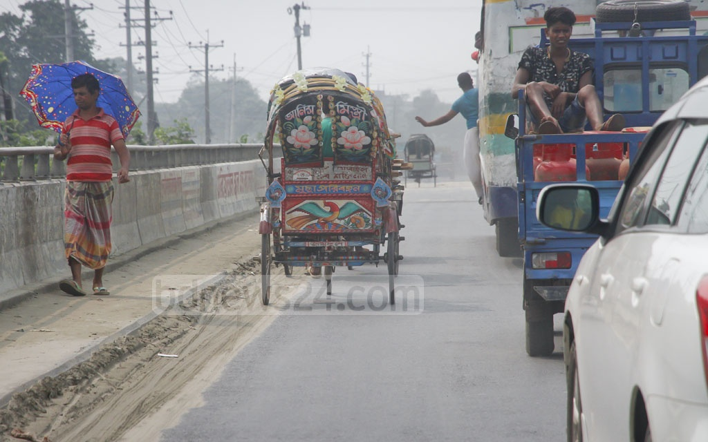 A battery-driven rickshaw flouts the law to travel on the Dhaka-Mawa Highway. Photo: tanvir ahammed