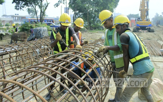 Construction workers on the Dhaka elevated expressway project work near the Banani overpass. Photo: abdul mannan