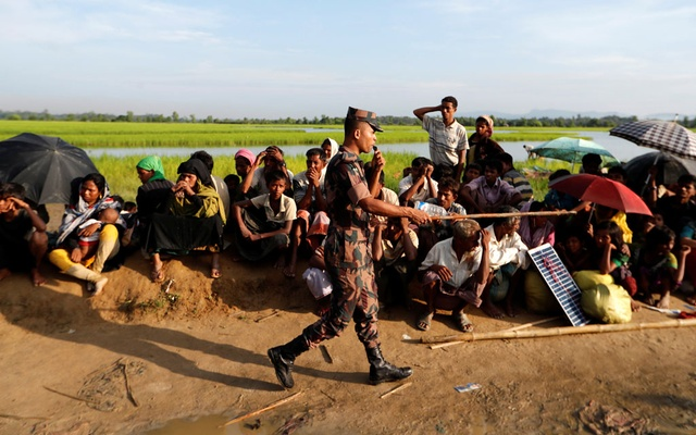 Rohingya refugees who crossed the border from Myanmar a day before, wait to receive permission from the Bangladeshi army to continue their way to the refugee camps, in Palang Khali, Bangladesh Oct 17, 2017. Reuters