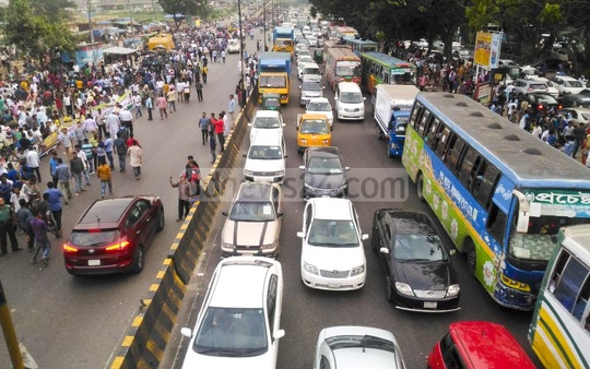 Commuters on the Airport Road in Dhaka caught up in gridlock as BNP Chairperson Khaleda Zia's supporters descended on the street on Wednesday to welcome her on return from London after three months. Photo: asif mahmud ove