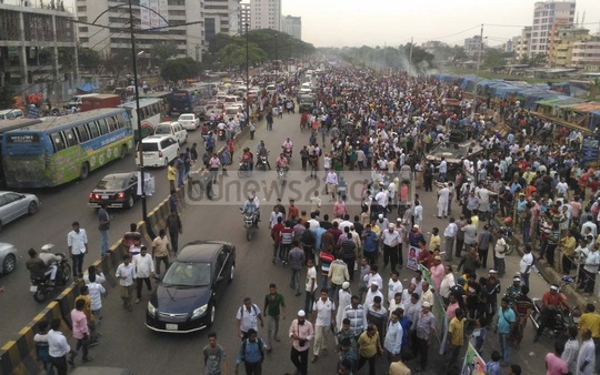 BNP leaders and activists occupy the Airport Road in Dhaka to welcome their party chief Khaleda Zia on her return from the UK after three months on Wednesday. The photo is taken at Khilkhet. Photo: asif mahmud ove