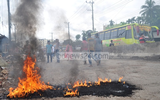 Supporters of the ruling Awami League leader Manzurul Alam Manzu set fire to some flammable materials to block the Oxygen-Hathazari street in Chittagong on Sunday to protest against his detention on charges of shooting and wounding a Juba League leader. Photo: suman babu