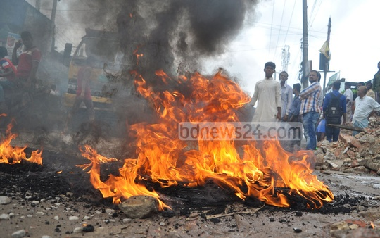 Supporters of the ruling Awami League leader Manjurul Alam Manju set fire to some flammable materials to block the Oxygen-Hathazari street in Chittagong on Sunday to protest against his detention on charges of shooting and wounding a Juba League leader. Photo: suman babu